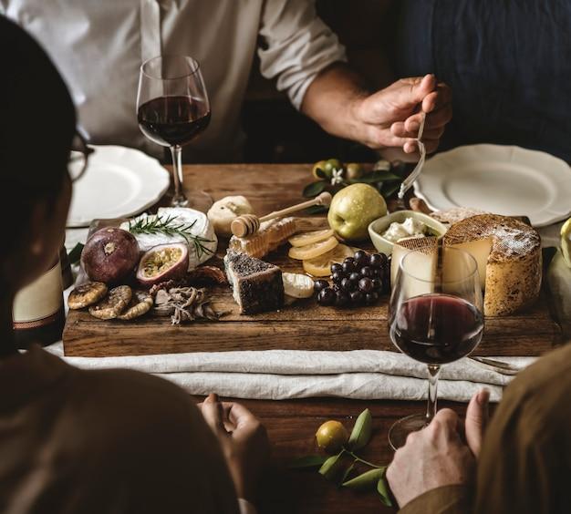 Personnes bénéficiant d'une idée de recette de photographie culinaire sur un plateau de fromages