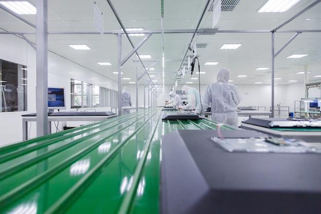 Personnes en blanc isolant des costumes travaillant en laboratoire