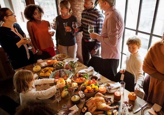 Personnes célébrant le concept de la tradition de vacances de thanksgiving