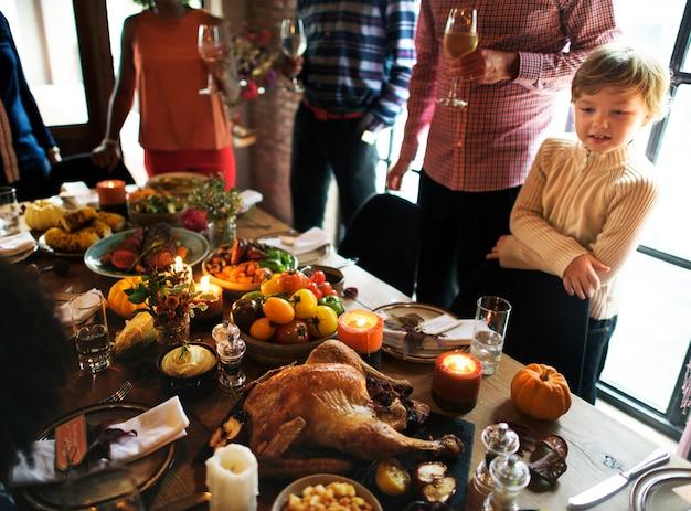 Personnes célébrant le concept de tradition de vacances de thanksgiving