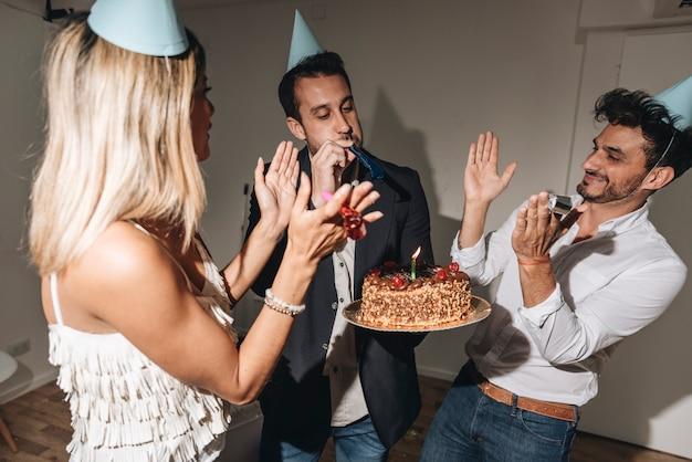 Personnes célébrant la fête d'anniversaire