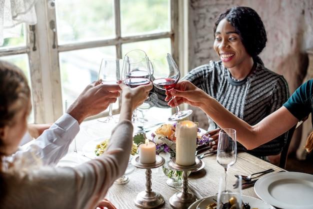 Personnes célébrant et grillant avec des verres à vin
