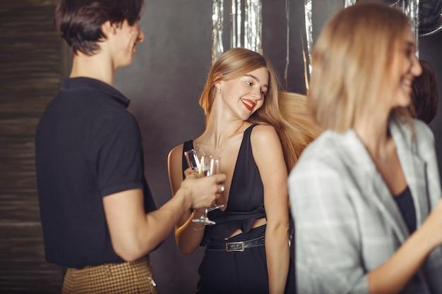 Personnes célébrant une nouvelle année avec un champagne