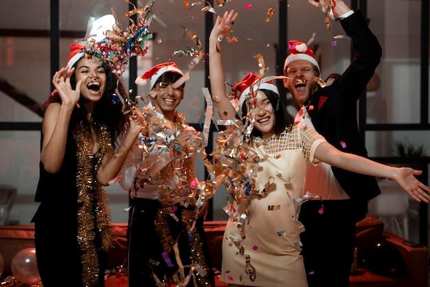 Personnes célébrant le réveillon du nouvel an