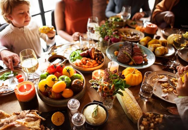 Personnes célébrant la tradition de vacances de thanksgiving