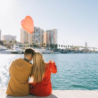 Personnes de charme appréciant la journée sur le front de mer