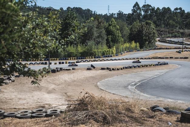 Personnes conduisant un kart sur la piste
