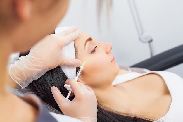 Personnes, cosmétologie, chirurgie plastique et concept de beauté
