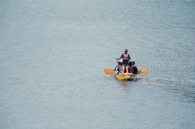 Personnes dans un bateau à la mer