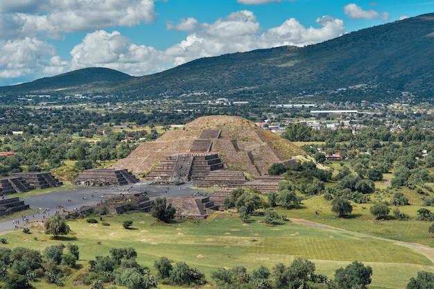 Personnes dans les pyramides de teotihuacan au mexique