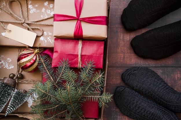 Personnes debout sur le sol avec des boîtes-cadeaux dans une boîte en carton