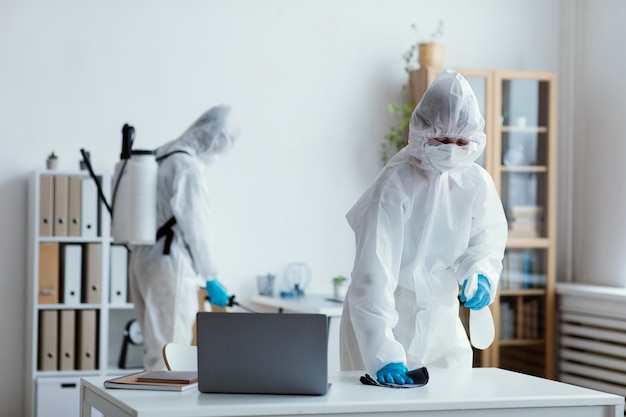 Personnes désinfectant une zone à risque biologique
