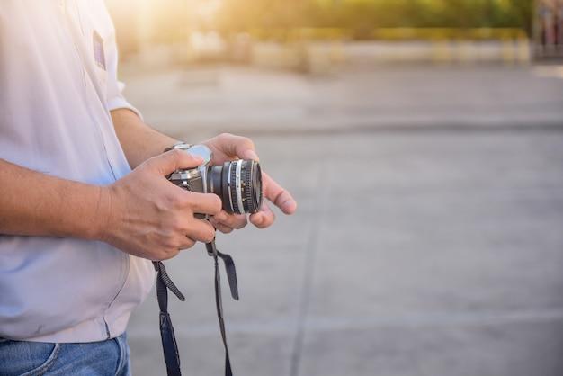 Personnes détenant un appareil photo vintage