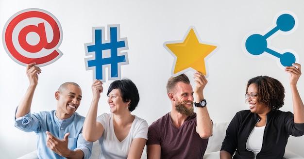 Personnes détenant une icône de média social