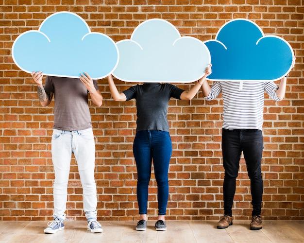 Personnes détenant des icônes de cloud computing