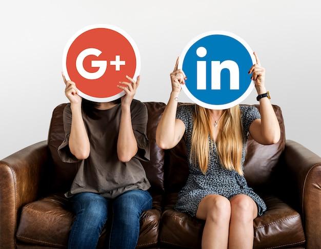 Personnes détenant des icônes de médias sociaux