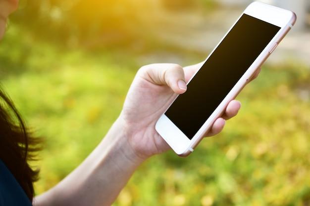 Personnes détenant un téléphone intelligent à l'aide d'une application intelligente par internet en ligne