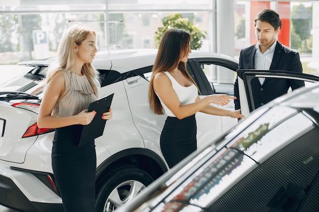 Personnes élégantes et élégantes dans un salon de l'automobile