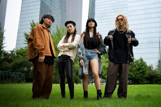 Personnes élégantes portant des vêtements esthétiques k-pop