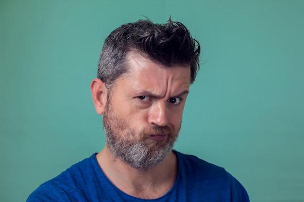 Personnes et émotions - homme en colère avec barbe