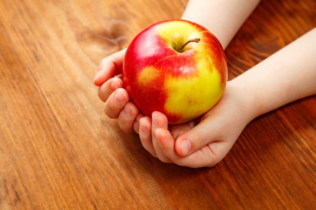Personnes, enfants, alimentation saine, écologie et aliments tenant une pomme verte