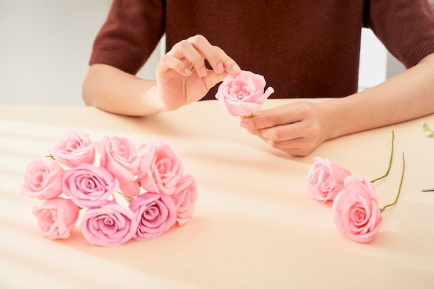 Personnes faisant de l'art floral en papier