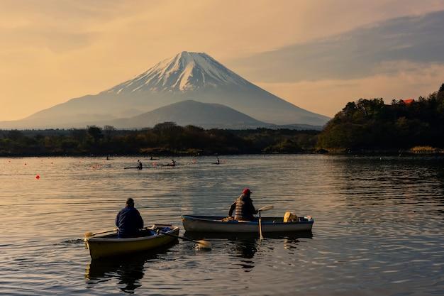 Personnes faisant du kayak au lac shoji