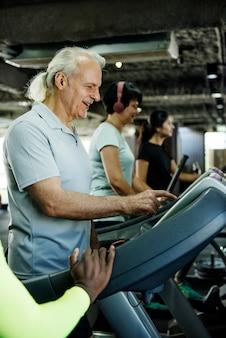 Personnes faisant de l'exercice dans une salle de sport