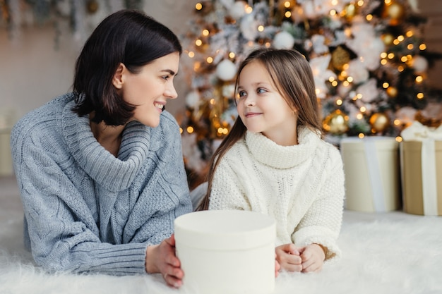 Personnes, famille, concept de fête et de vacances. une mère et une fille attrayantes se regardent dans les yeux