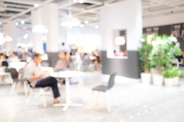 Personnes floues: flouez les gens au café avec une lumière bokeh