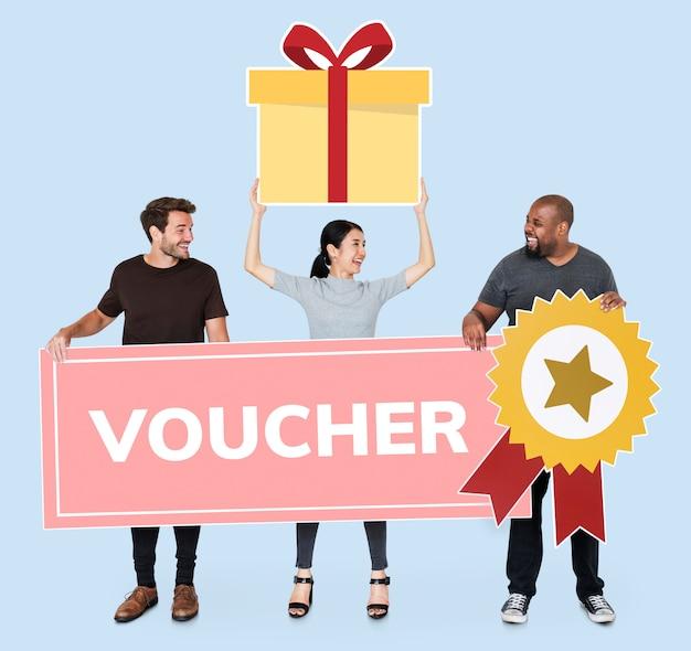 Personnes gagnant un chèque-cadeau