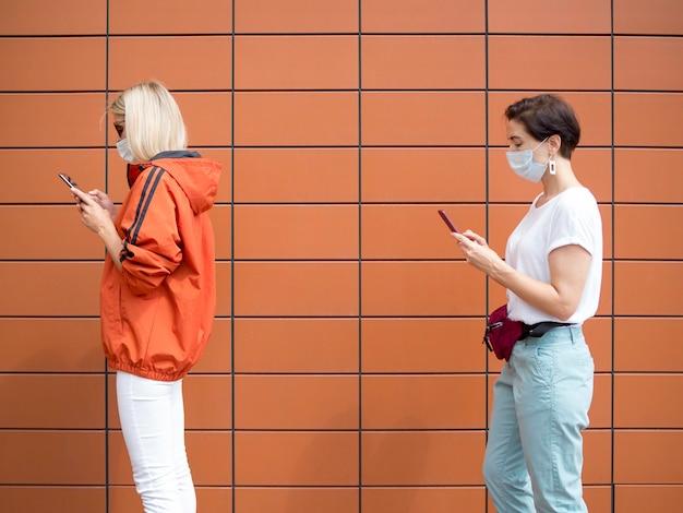 Personnes gardant le concept de distance sociale