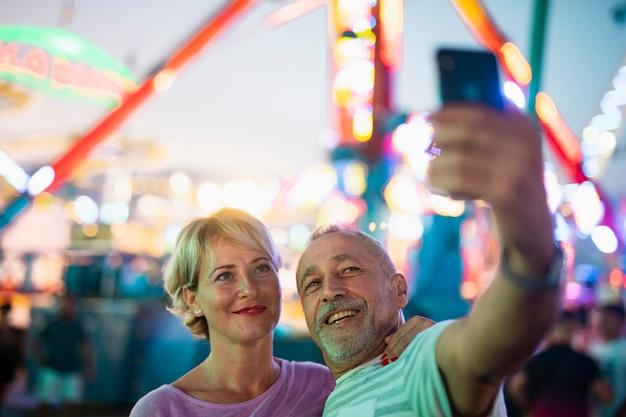 Personnes à grand angle prenant un selfie