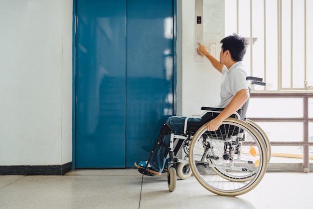 Les personnes handicapées ou handicapées peuvent accéder n'importe où dans un lieu public avec un fauteuil roulant