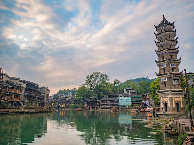 Les personnes inconnues avec vue sur la vieille ville de fenghuang .phoenix ancienne ville ou comté de fenghuang est un comté de la province du hunan, chine