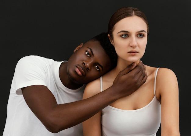 Personnes interraciales coup moyen posant