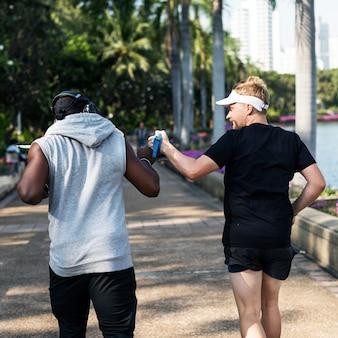 Personnes jogging au parc