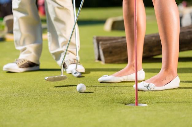 Personnes jouant au golf miniature en plein air