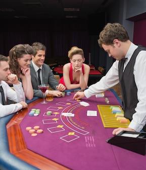 Personnes jouant au poker dans un casino