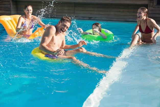 Personnes jouant dans la piscine