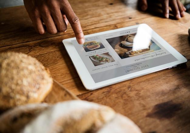 Personnes mains à l'aide d'une tablette numérique