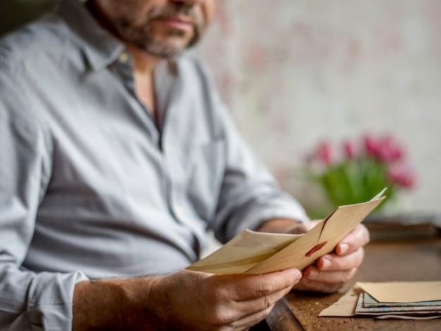 Personnes mains tenant enveloppe lettre communication