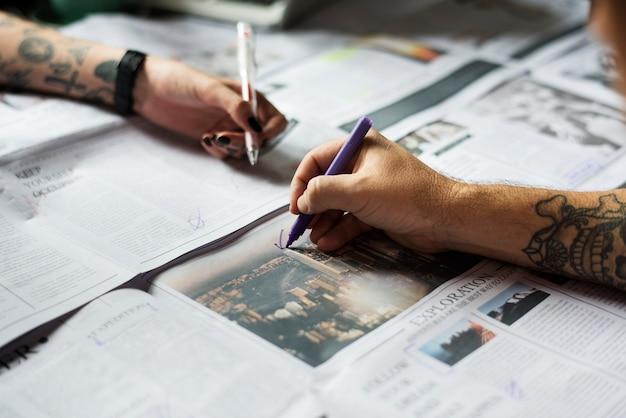 Personnes, mains, vérification, journal, travail