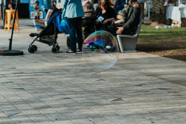 Personnes marchant dans le parc public avec des enfants et des amis se réunissant