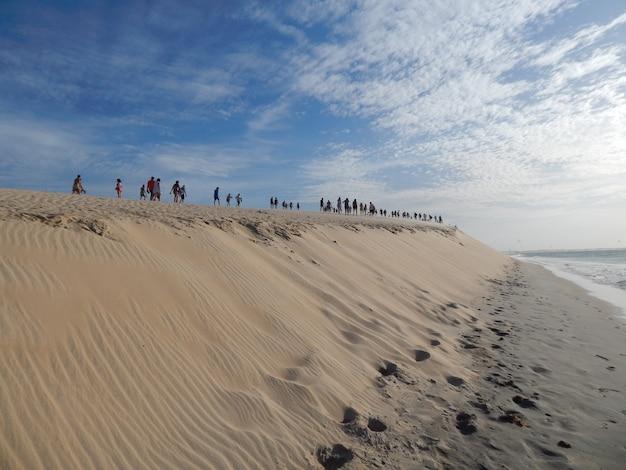 Personnes marchant à la grande dune dans une journée ensoleillée