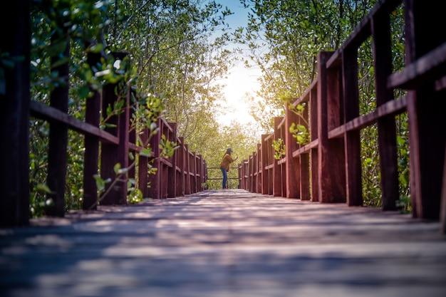 Personnes marchant sur un pont en bois dans le parc de la ville