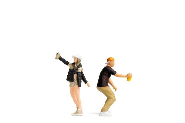 Personnes miniatures adolescent pulvérisant de la peinture à partir d'une boîte sur fond blanc et espace pour le texte