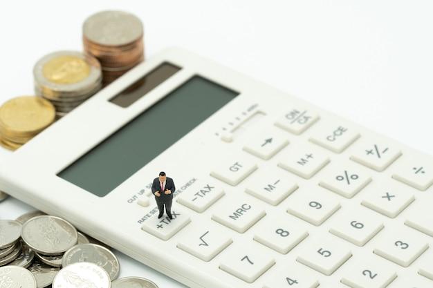Personnes miniatures payer la file d'attente revenu annuel (tax) pour l'année tax heure