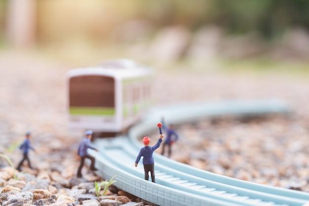 Personnes miniatures: le personnel des chemins de fer travaille à