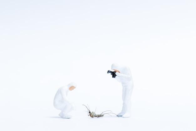 Personnes miniatures, recherche scientifique de la cause de la mort chez un moustique, concept de recherche scientifique